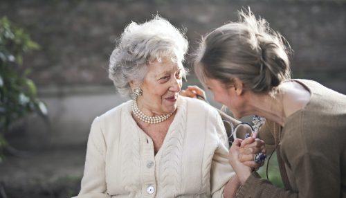 Deux femmes cotes a cotes en discussions